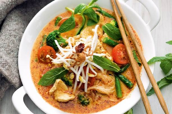 Chicken and vegetable laksa